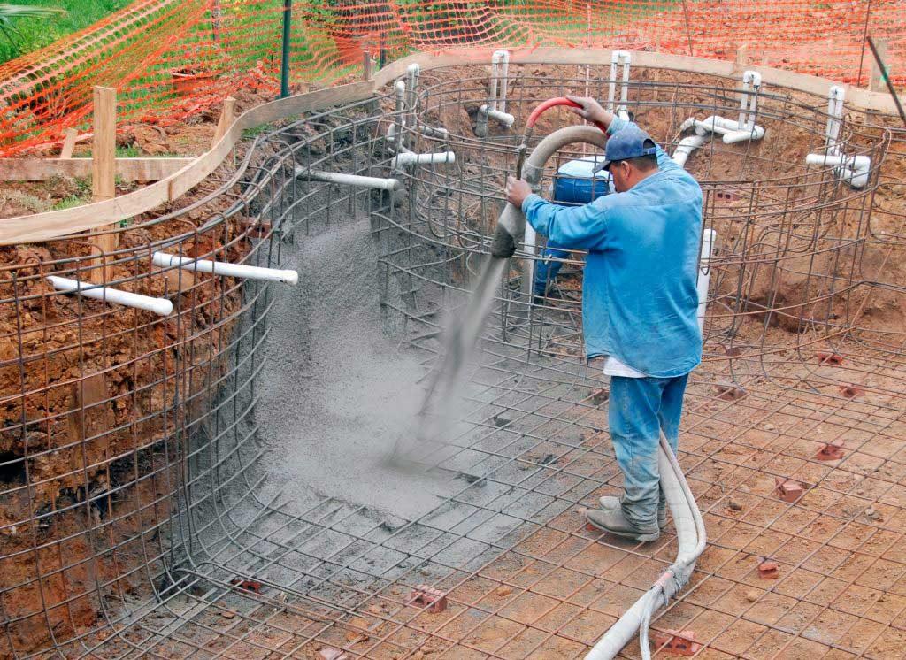 процесс оштукатуривания бассейна