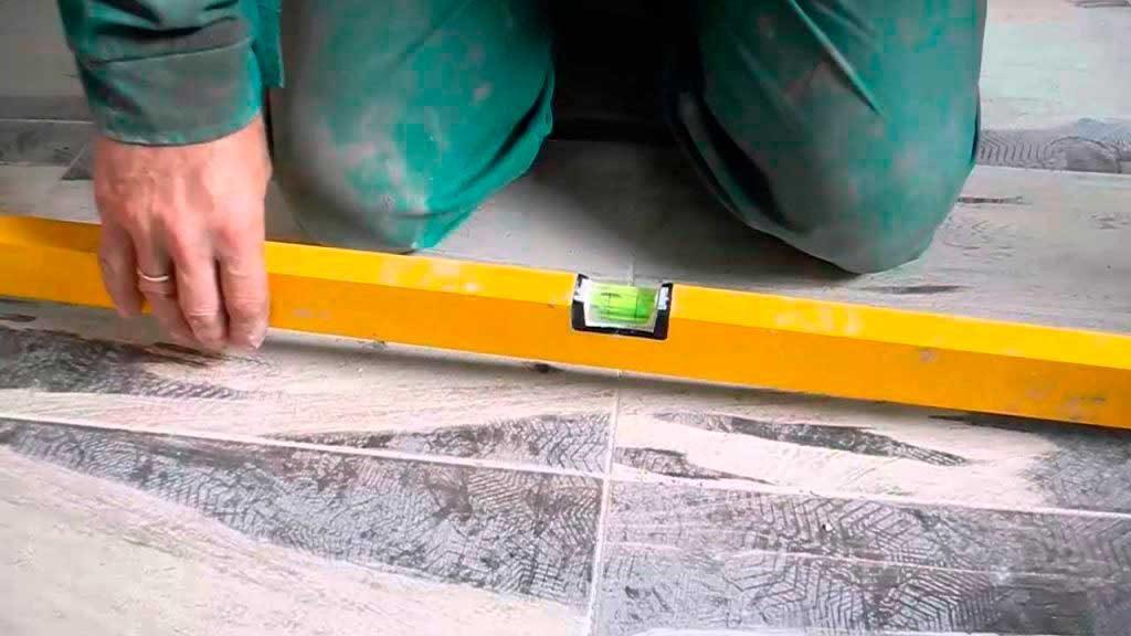 Как измерить ровность укладки плитки
