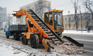 Уборка снега на дороге