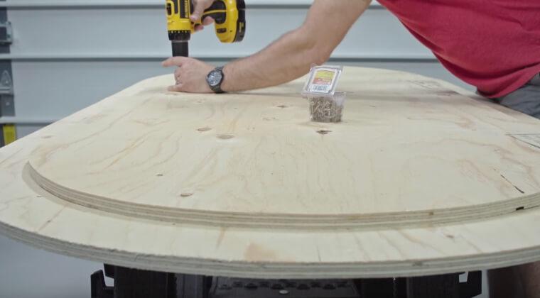 Скрепляем детали стола для покера