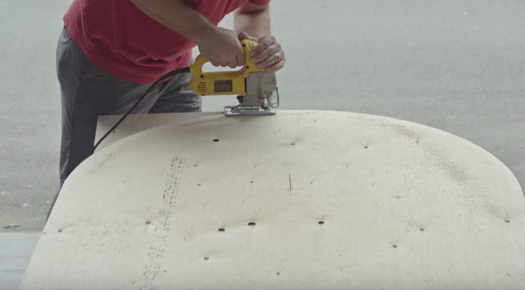 Вырезаем крышку стола