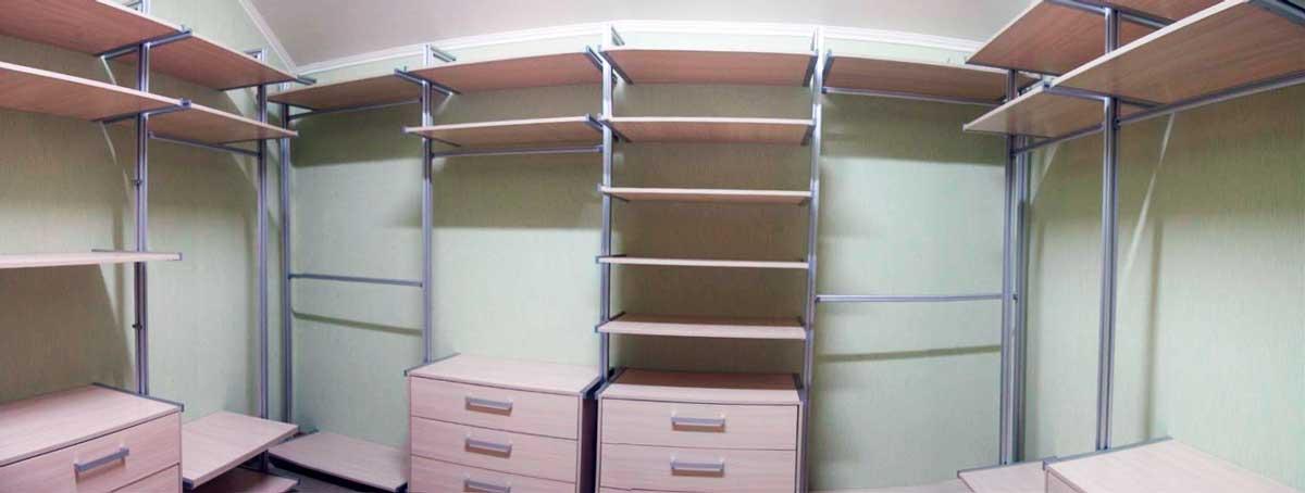 Металлические стеллажи в гардеробной