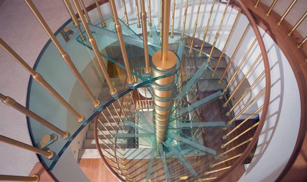 Круговая стеклянная лестница