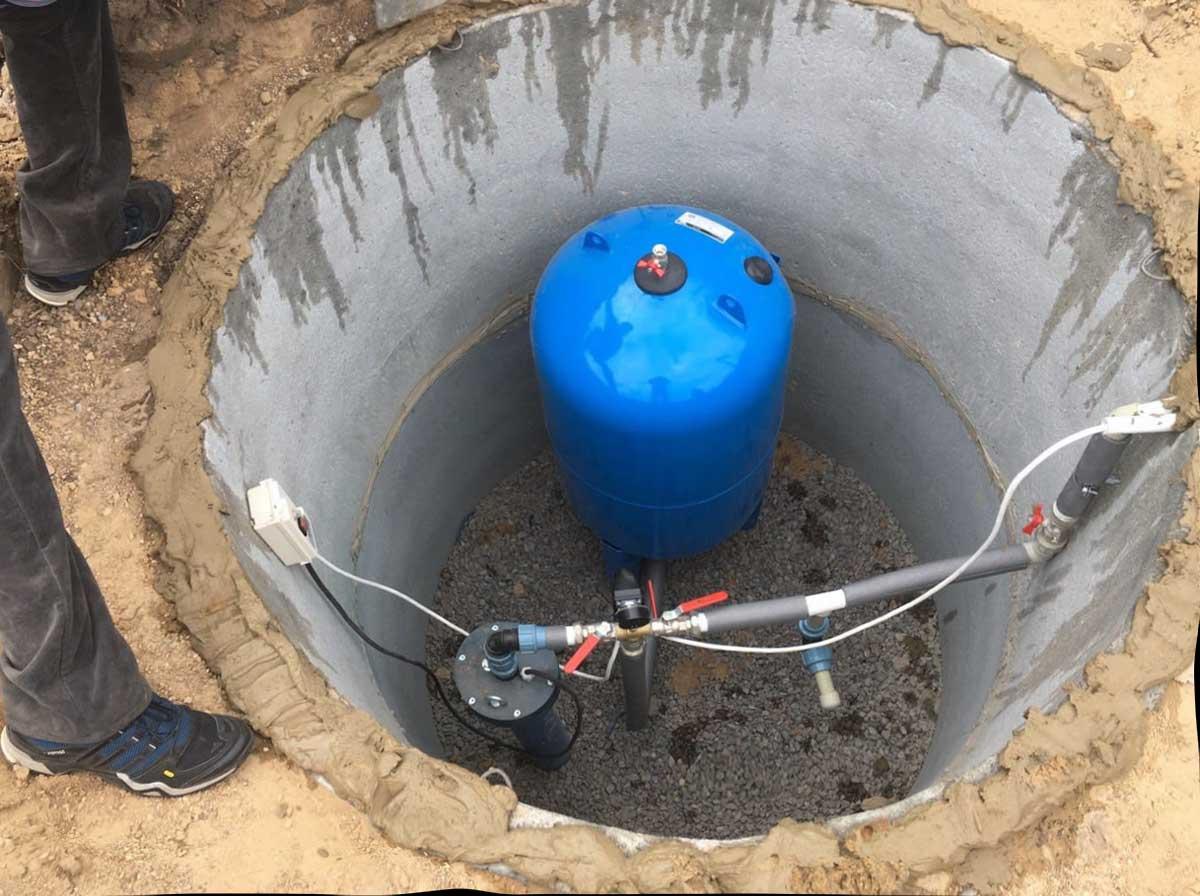 Скважина с чистой водой на участке